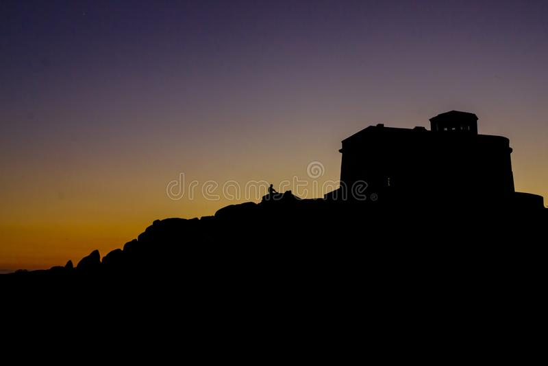Solnedgång på Capotestaen, Sardinia, Italien arkivfoton