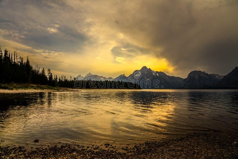 Solnedgång på Colter Bay i den storslagna Yeton nationalparken i Wyoming arkivbilder