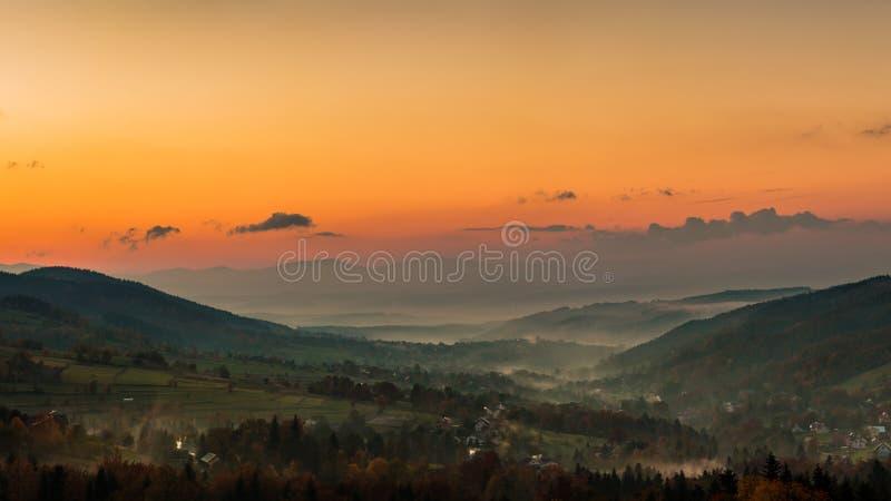 Solnedgång på countysiden royaltyfria bilder