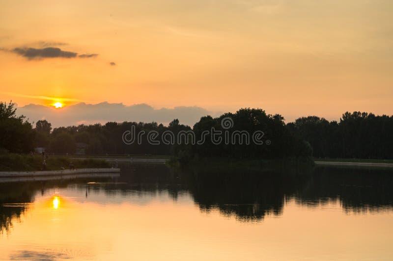 Solnedgång på dammet av museum-godset Kuskovo, Moskva royaltyfri bild
