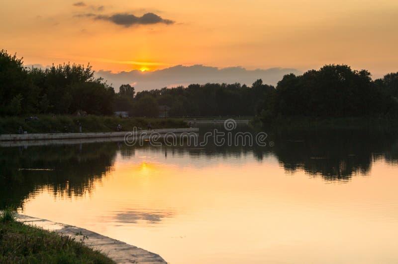 Solnedgång på dammet av museum-godset Kuskovo, Moskva royaltyfri fotografi