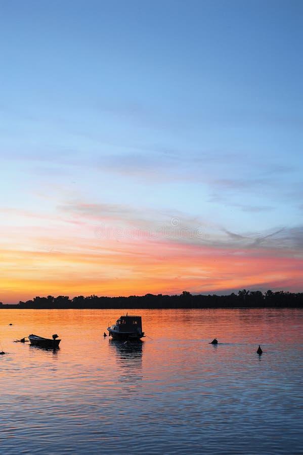 Solnedgång på Danuben arkivbild