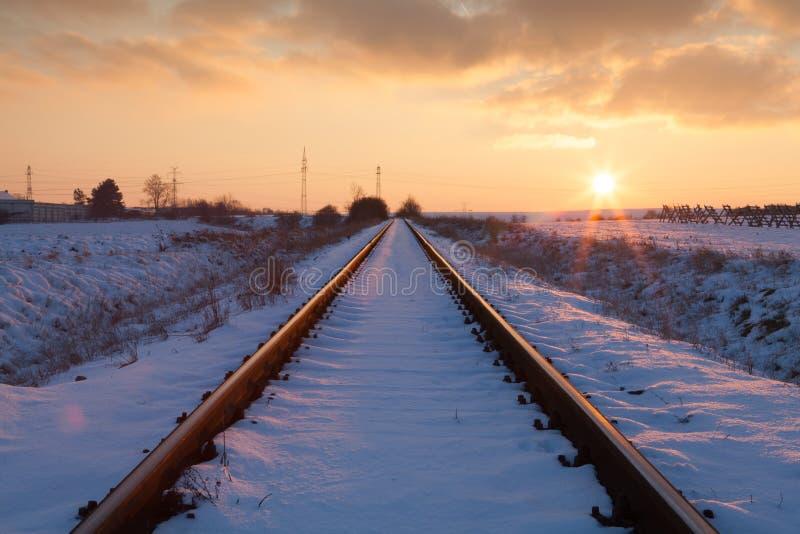 Solnedgång på de övergav järnvägsspåren fotografering för bildbyråer