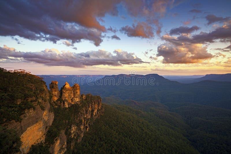 Solnedgång på de tre systrarna från Echo Point, blå bergnationalpark, NSW, Australien royaltyfri bild