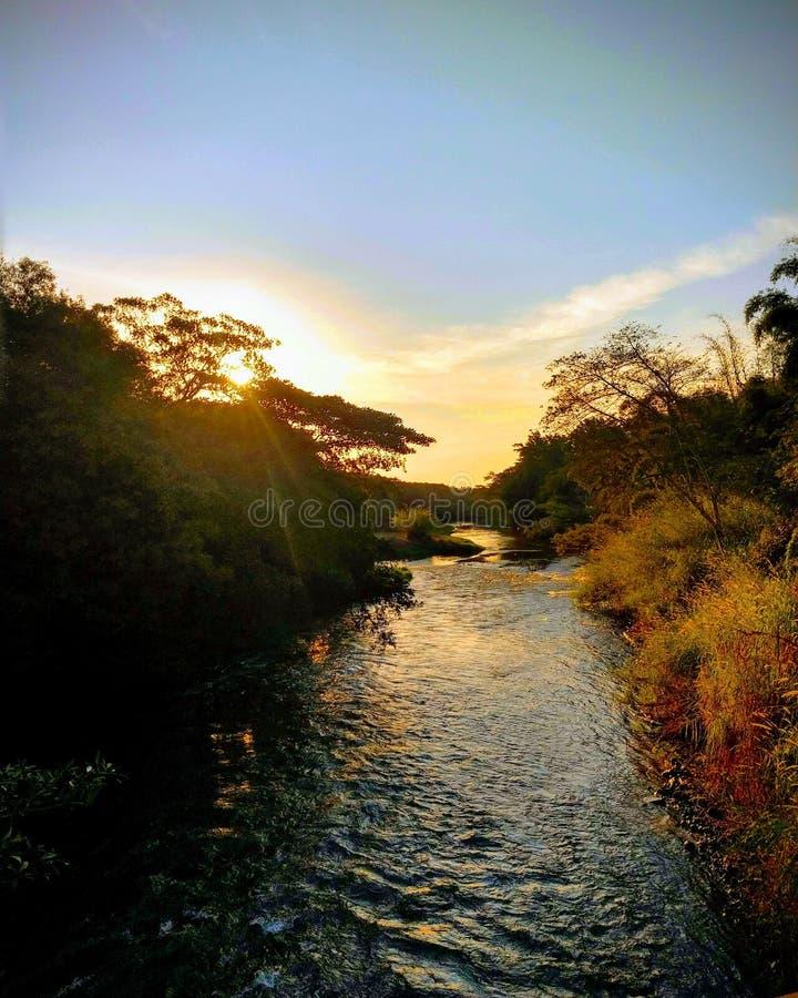 Solnedgång på den alligatorPepira floden arkivbild