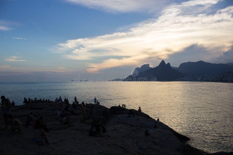 Solnedgång på den Arpoador stranden i Rio de Janeiro fotografering för bildbyråer