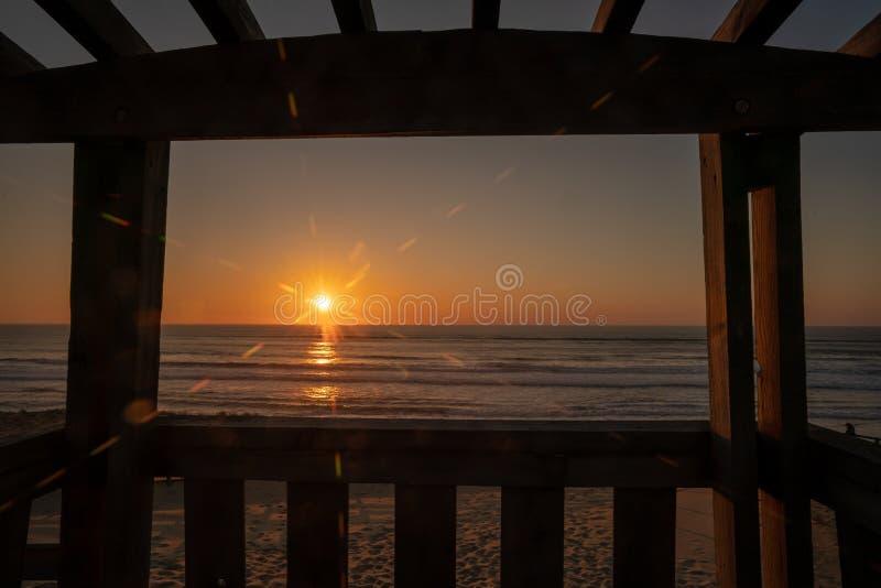Solnedgång på den atlantiska kusten på Messanges södra västra Frankrike arkivfoto