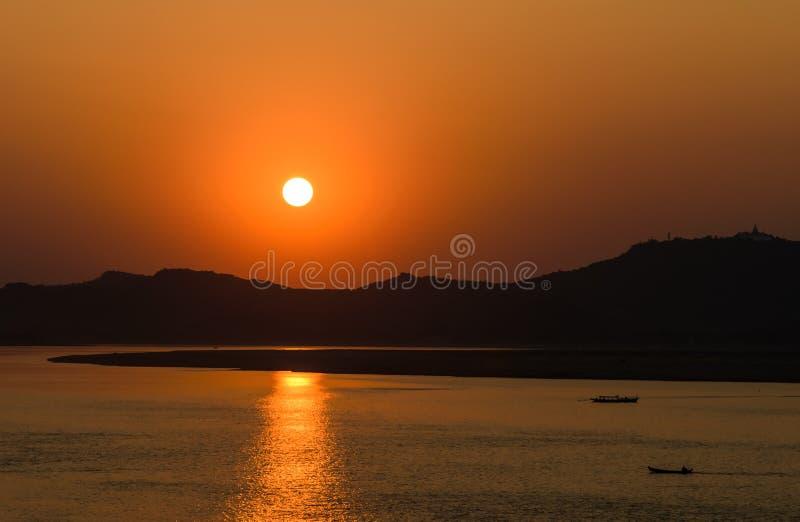 Solnedgång på den Ayeyarwady floden royaltyfri bild