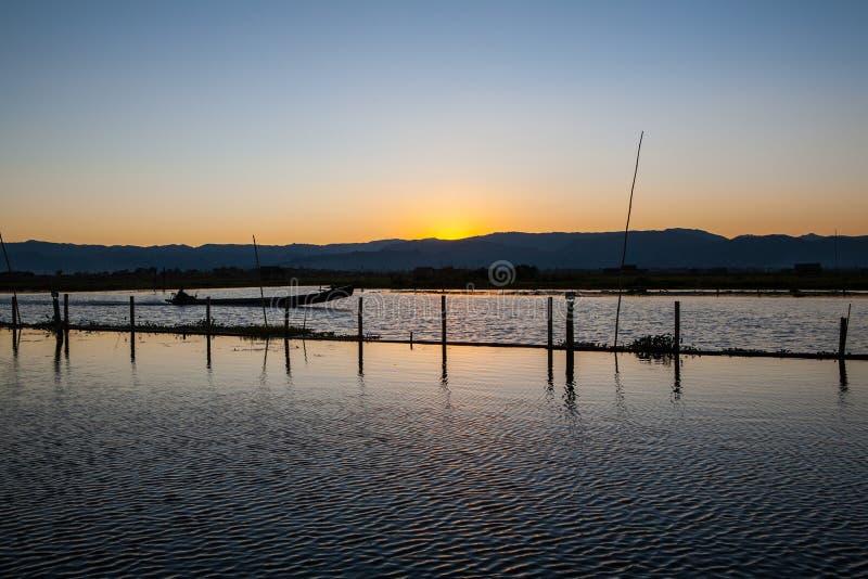 Solnedgång på den ayeyarwady floden, myanmar royaltyfri fotografi