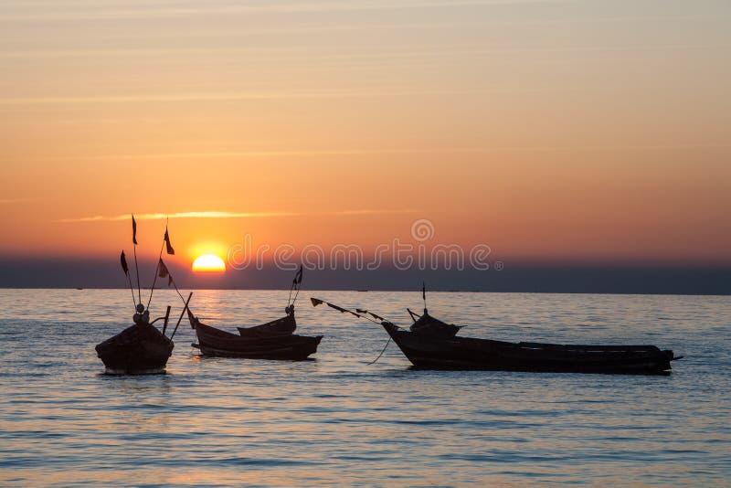Solnedgång på den ayeyarwady floden, myanmar arkivfoton