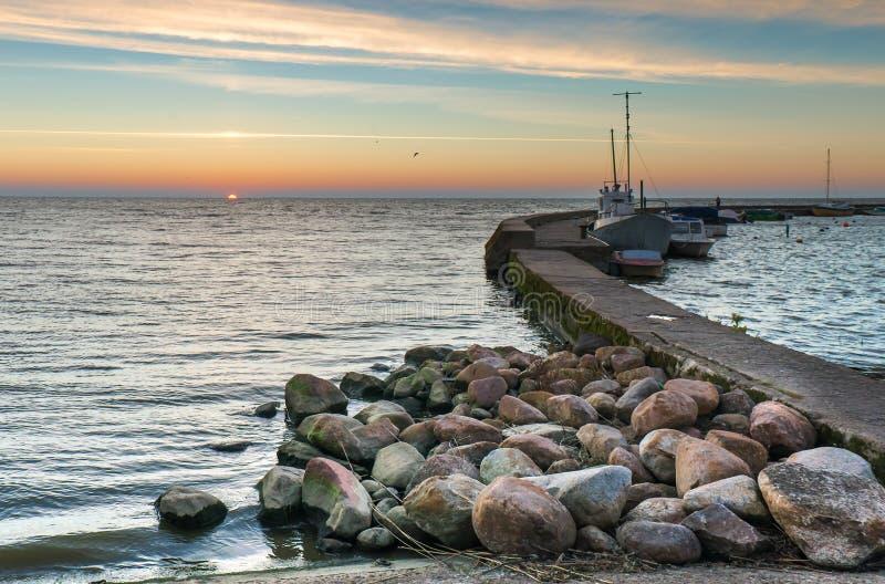 Solnedgång på den baltiska fjärden i Nida royaltyfri fotografi