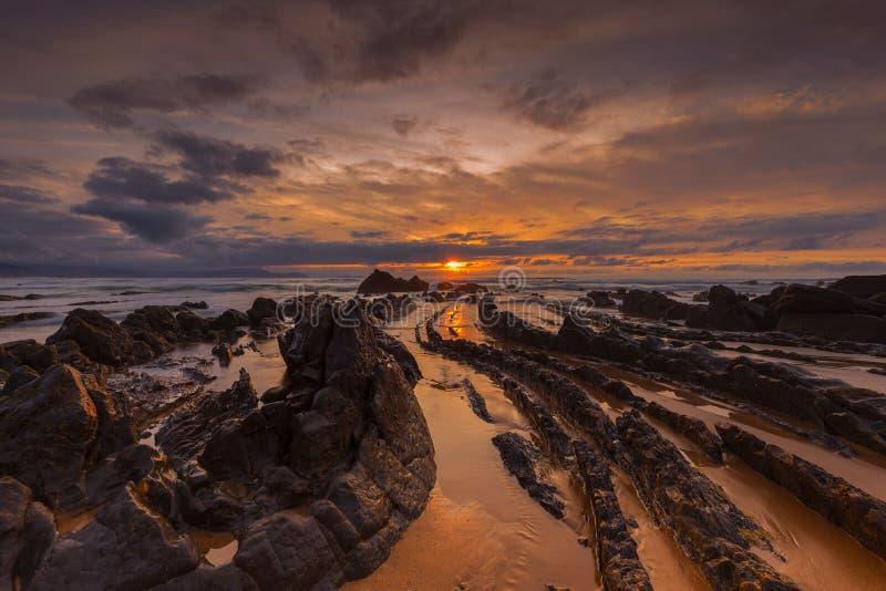 Solnedgång på den Barrika stranden arkivbild
