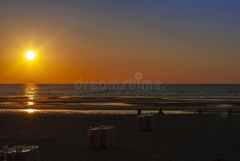 Solnedgång på den Belgien stranden royaltyfri fotografi