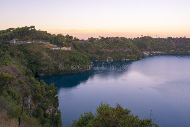 Solnedgång på den blåa sjön, montering Gambier, södra Australien royaltyfri foto