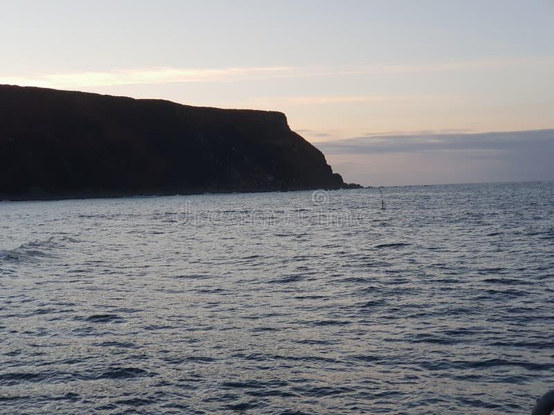 Solnedgång på den Cliff Blue himlen royaltyfria bilder