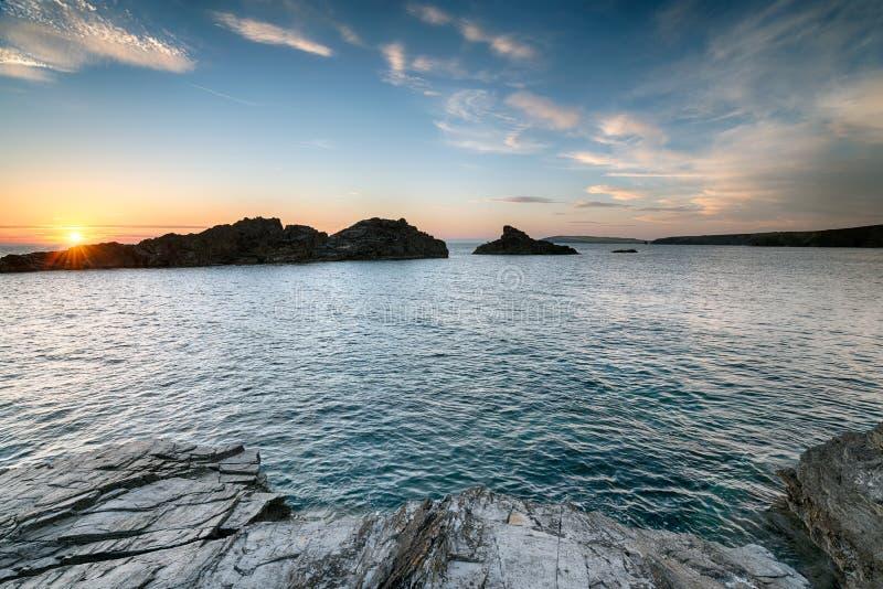 Solnedgång på den corniska kusten arkivfoto
