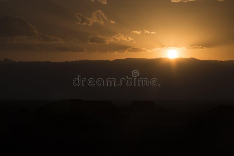 Solnedgång på den Dasht-e Lut öknen nära Kerman, Iran arkivfoto