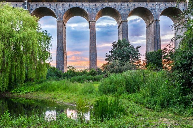 Solnedgång på den Digswell viadukten i UK royaltyfri bild