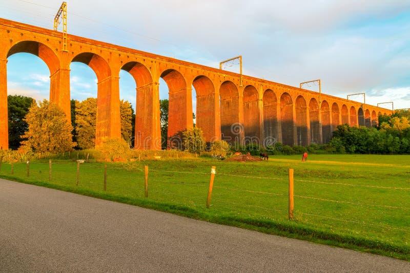Solnedgång på den Digswell viadukten i UK arkivfoton