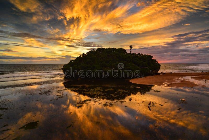 Solnedgång på den Drini stranden och ön arkivfoto