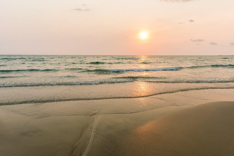 Solnedgång på den exotiska stranden royaltyfri fotografi