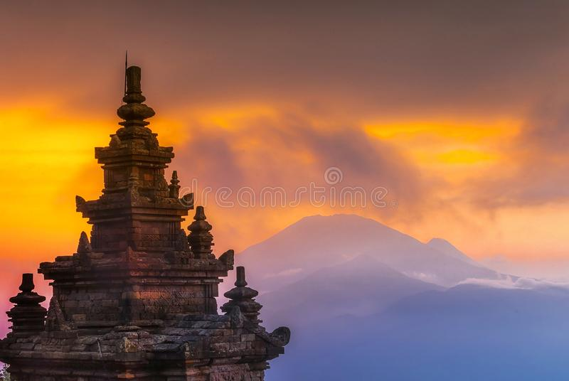 Solnedgång på den Gedong Songo templet Wonderfull Indonesien royaltyfri bild