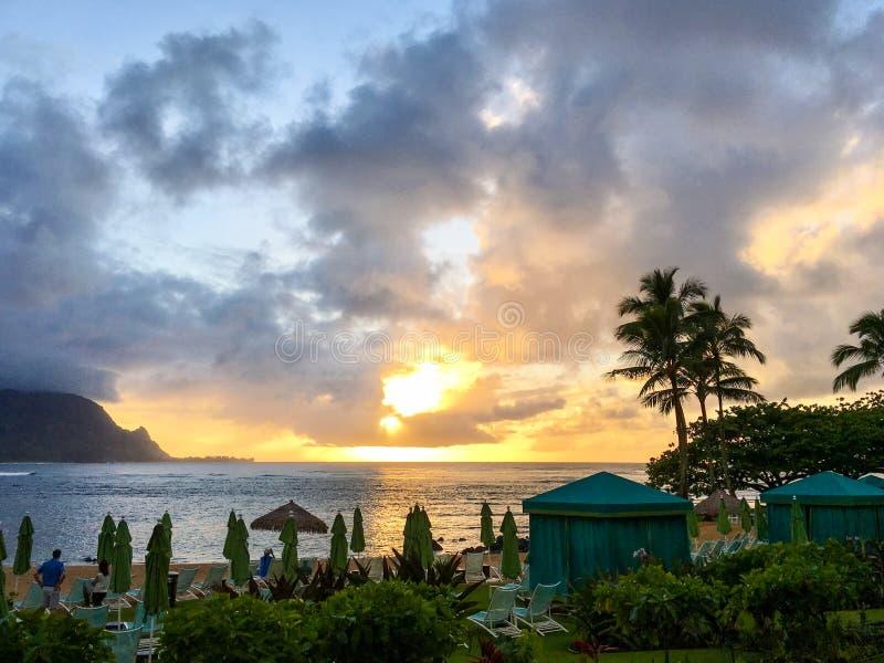 Solnedgång på den Hanalei fjärden på ön av Kauai royaltyfri bild