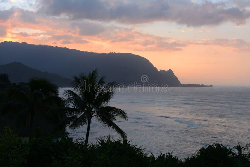 Solnedgång på den Hanalei fjärden royaltyfria foton