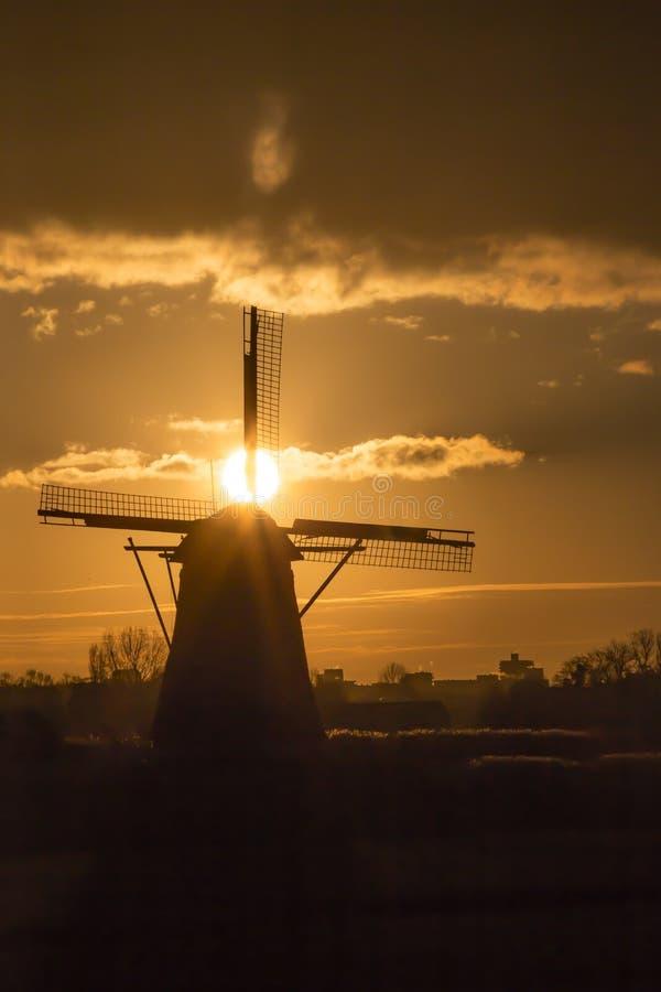 Solnedgång på den holländska väderkvarnen fotografering för bildbyråer
