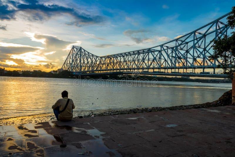 Solnedgång på den Howrah bron på floden Ganges arkivbilder