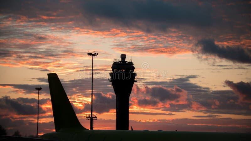 Solnedgång på den internationella flygplatsen - kontrolltorn royaltyfri fotografi