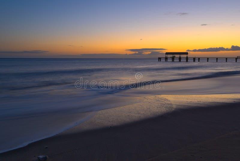 Solnedgång på den Kauai stranden royaltyfri foto