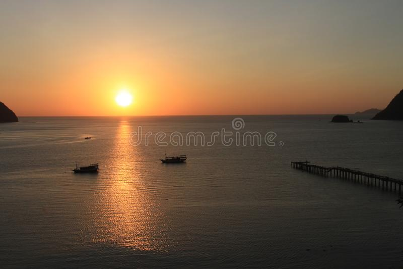 Solnedgång på den Labuan Bajo fjärden, Nusa Tenggara, flores ö, Indonesien royaltyfria bilder