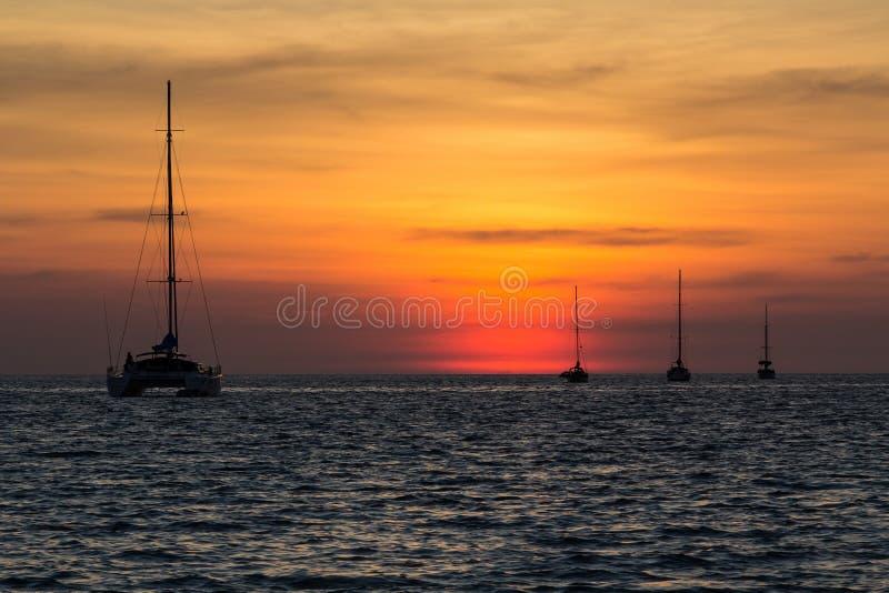 Solnedgång på den Nai Harn stranden i den Phuket ön royaltyfri foto