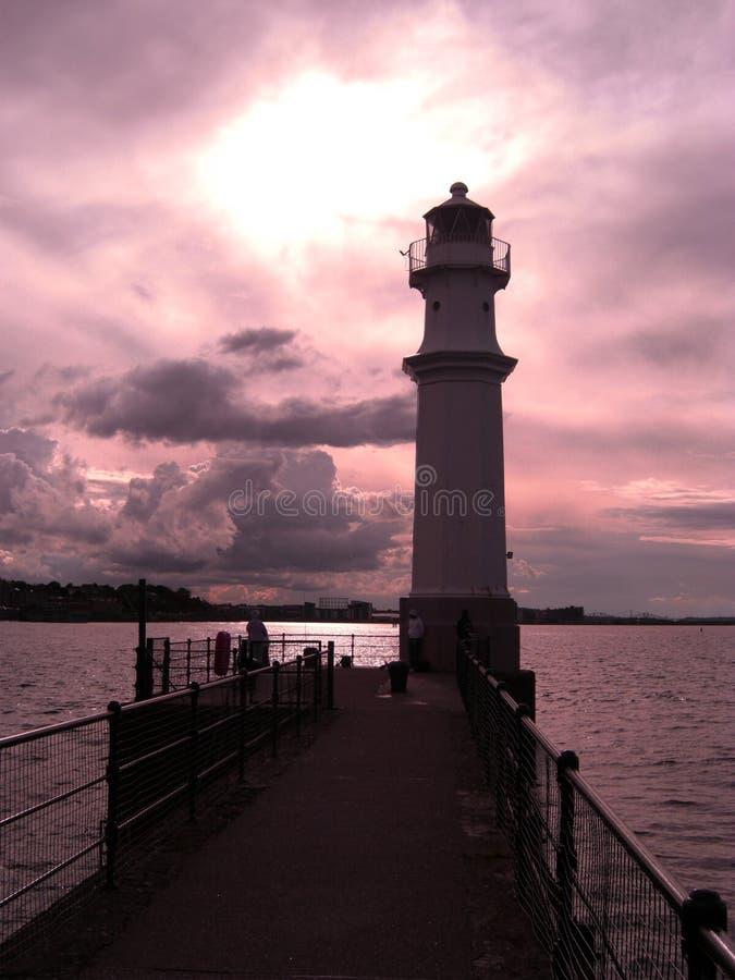 Solnedgång på den New Haven fyren i Edinburg, Skottland, Förenade kungariket arkivbild