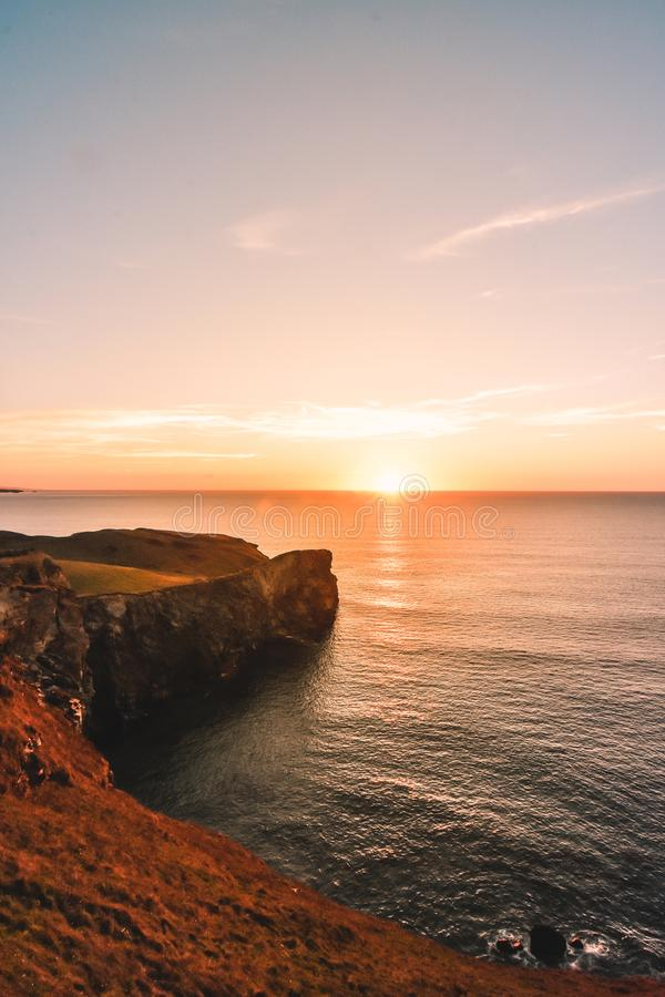 Solnedgång på den norr Cornwall kusten royaltyfri fotografi
