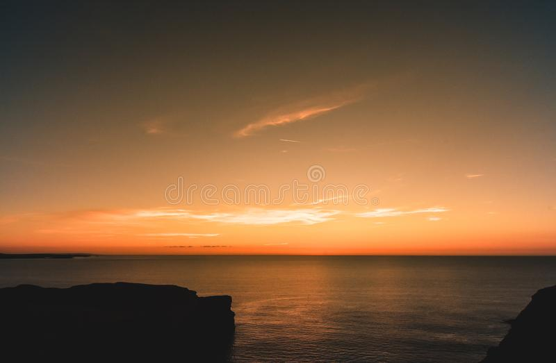 Solnedgång på den norr Cornwall kusten royaltyfria bilder