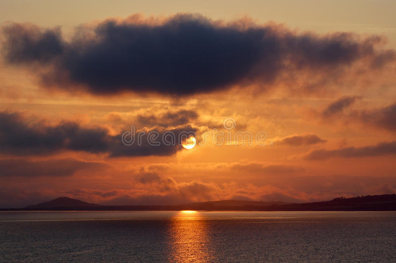 Solnedgång på den norr irländska kusten fotografering för bildbyråer