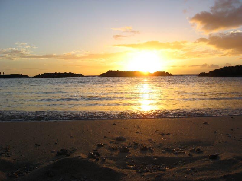 Solnedgång på den norr kusten av Oahu arkivbild