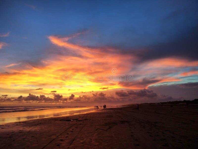 Solnedgång på den Parangtritis strandYogyakarta staden, Indonesien royaltyfria foton