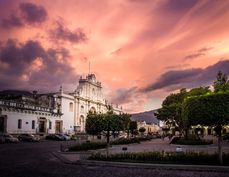 Solnedgång på den Parque centralen - Antigua, Guatemala royaltyfria foton