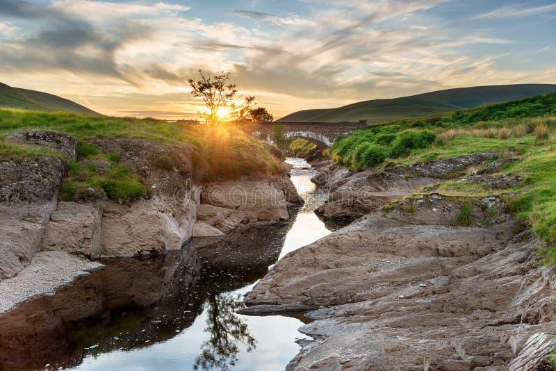 Solnedgång på den Pont Ar elanen i Elan Valley arkivfoto