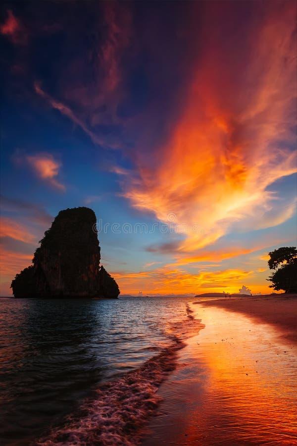 Solnedgång på den Pranang stranden Railay Krabi landskap Thailand royaltyfria bilder