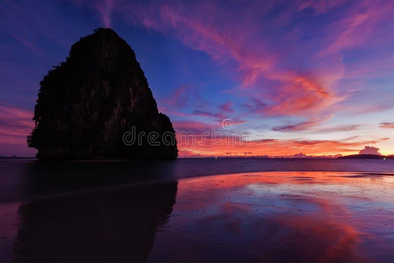 Solnedgång på den Pranang stranden. Railay Krabi landskap Thailand royaltyfri foto