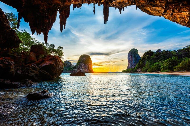 Solnedgång på den Pranang stranden Railay Krabi landskap Thailand arkivfoton