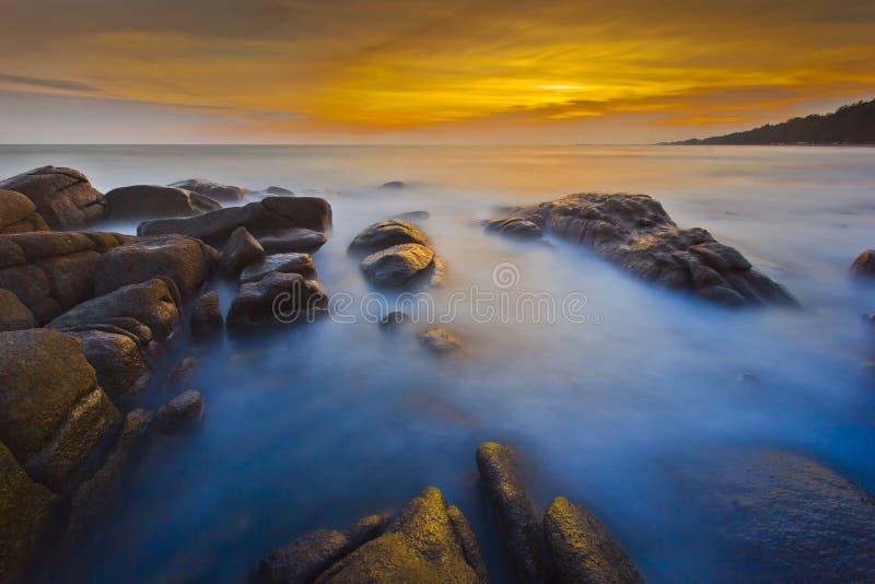 Solnedgång på den Rayong stranden arkivfoto