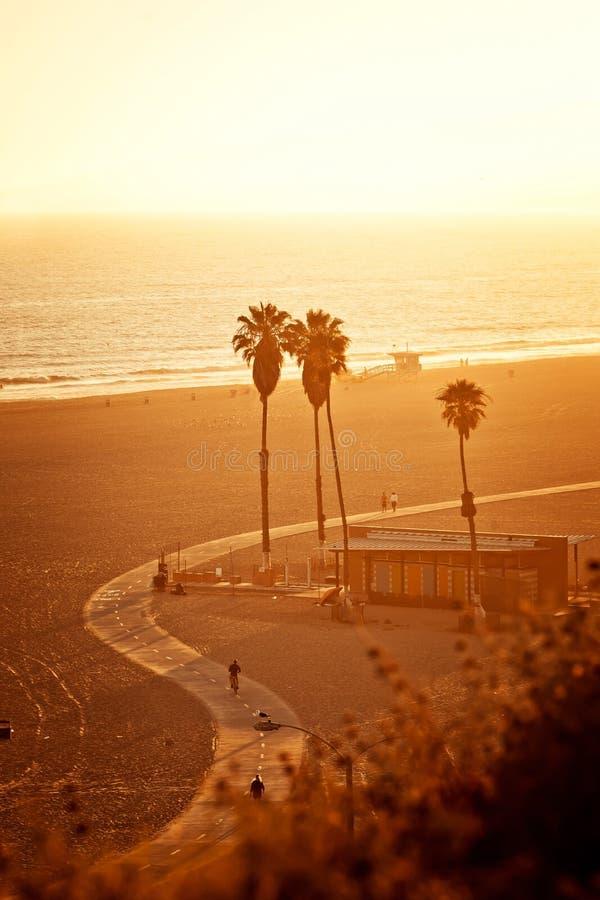 Solnedgång på den Santa Monica stranden arkivfoto