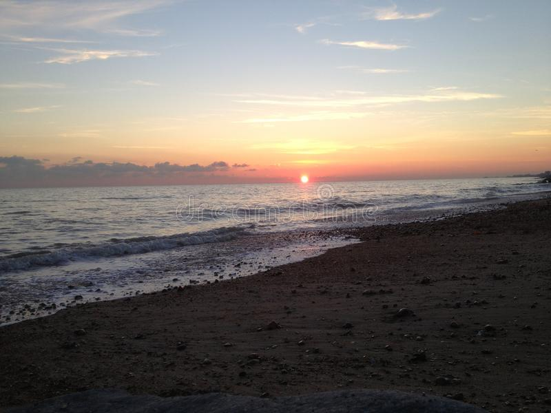 Solnedgång på den Shoreham stranden östliga Sussex royaltyfri bild