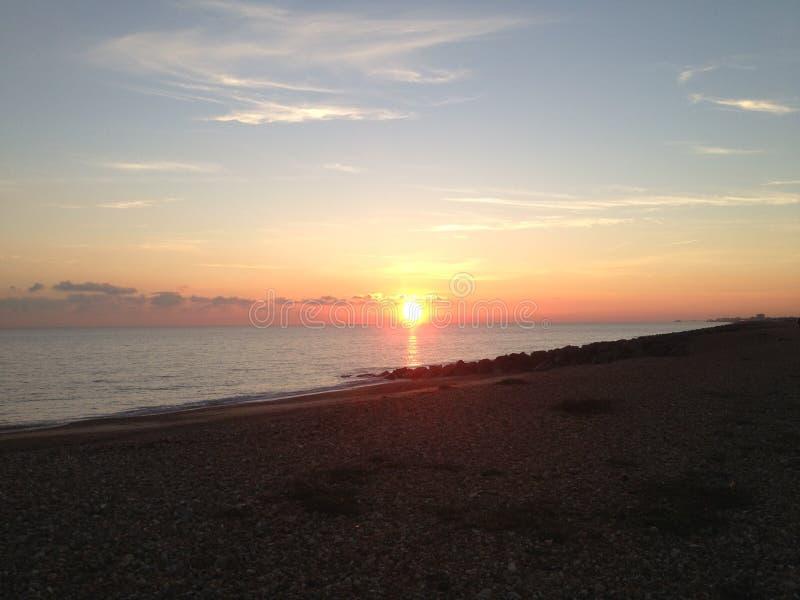 Solnedgång på den Shoreham stranden östliga Sussex fotografering för bildbyråer