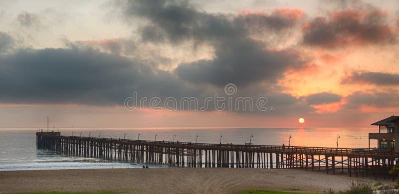 Solnedgång på den skymningVentura pir Kalifornien royaltyfria bilder